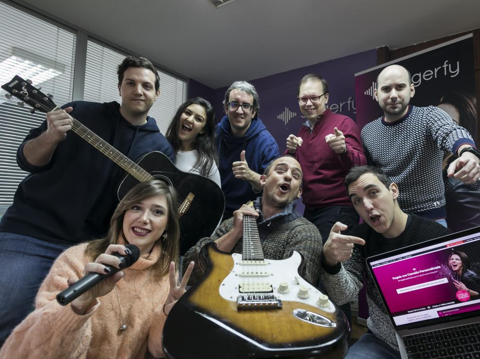 El equipo de Singerfy. Javier Lozano (detrás, segundo por la derecha) y Daniel Martín (abajo, con un portátil) posan con trabajadores de la empresa, que quiere «demostrar una nueva forma de vender música». Hoy suministra a clientes diversos unas 60 canciones al mes.