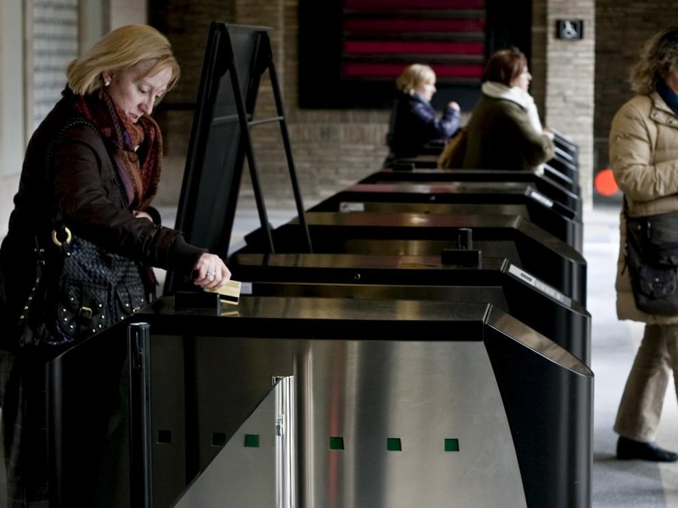 Tornos de control de acceso para funcionarios en el Centro Pignatelli, sede del Gobierno de Aragón.