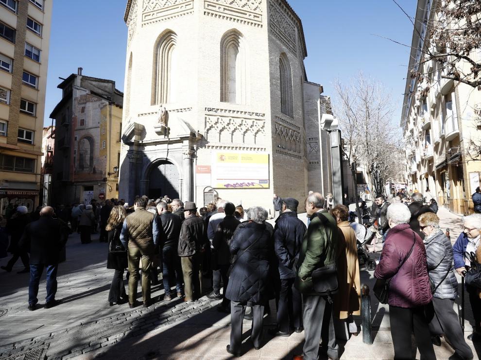 Cientos de feligreses hacen fila para entrar a la homilía oficiada por el arzobispo Jiménez