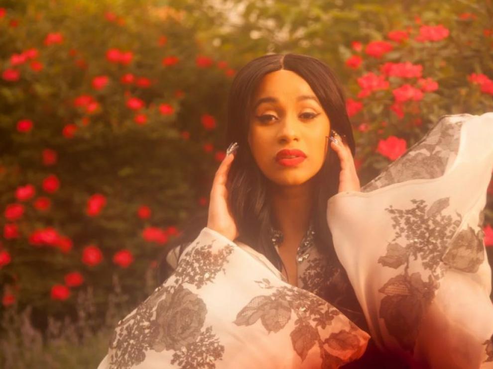 Cardi B. Por primera vez, el galardón al mejor álbum de rap recayó en una mujer, Cardi B. Las féminas del hip hop han denunciado las dificultades de la mujer en abrirse paso en el género y no estancarse como voz de acompañamiento. Cardi Bi, con 'Invasion of Privacy', abre camino.