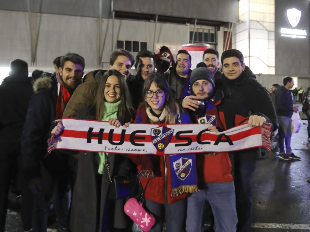 Varios aficionados de la SD Huesca, durante el recibimiento al equipo en el partido contra el Valladolid.