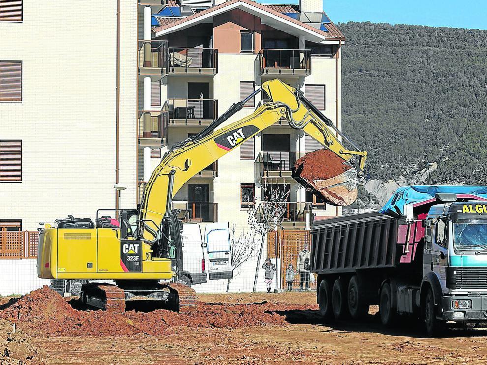 Promoción de viviendas en construcción en la zona del Llano de la Victoria, de Jaca.