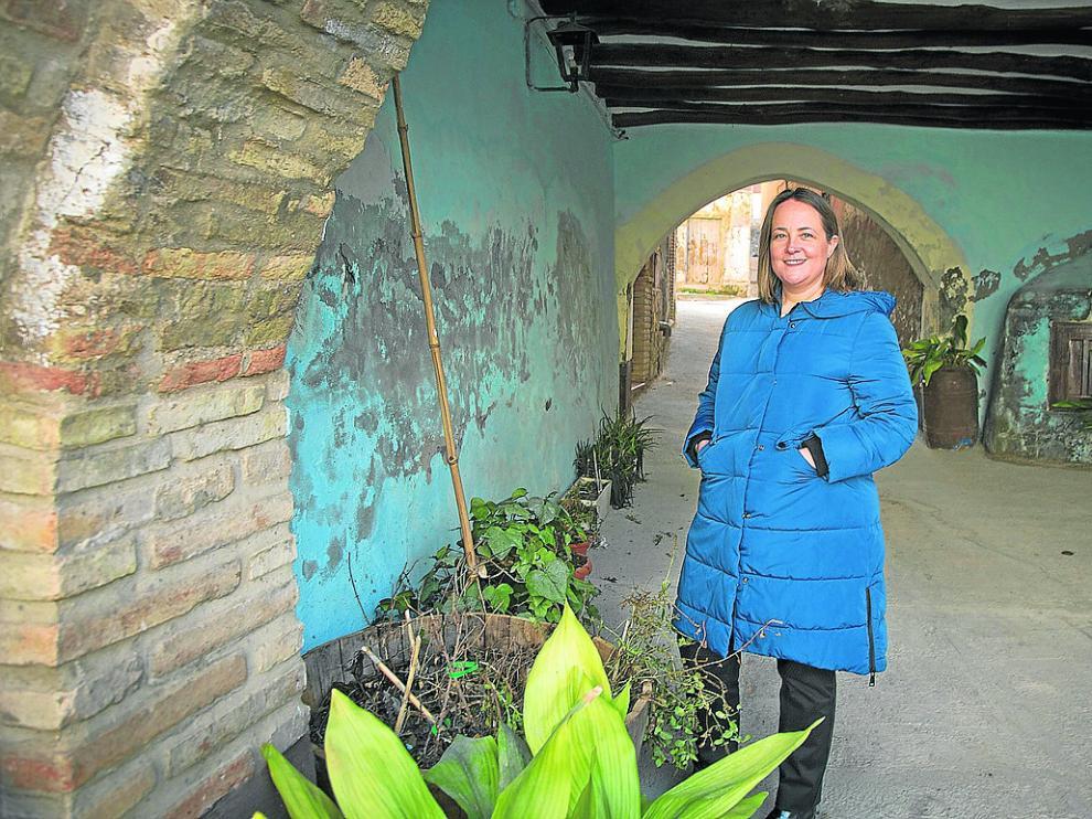 La alcaldesa de Urrea de Jalón, en un rincón de esta localidad zaragozana.