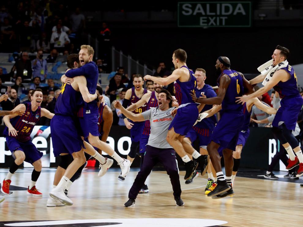 Los jugadores celebrando el triunfo tras el partido