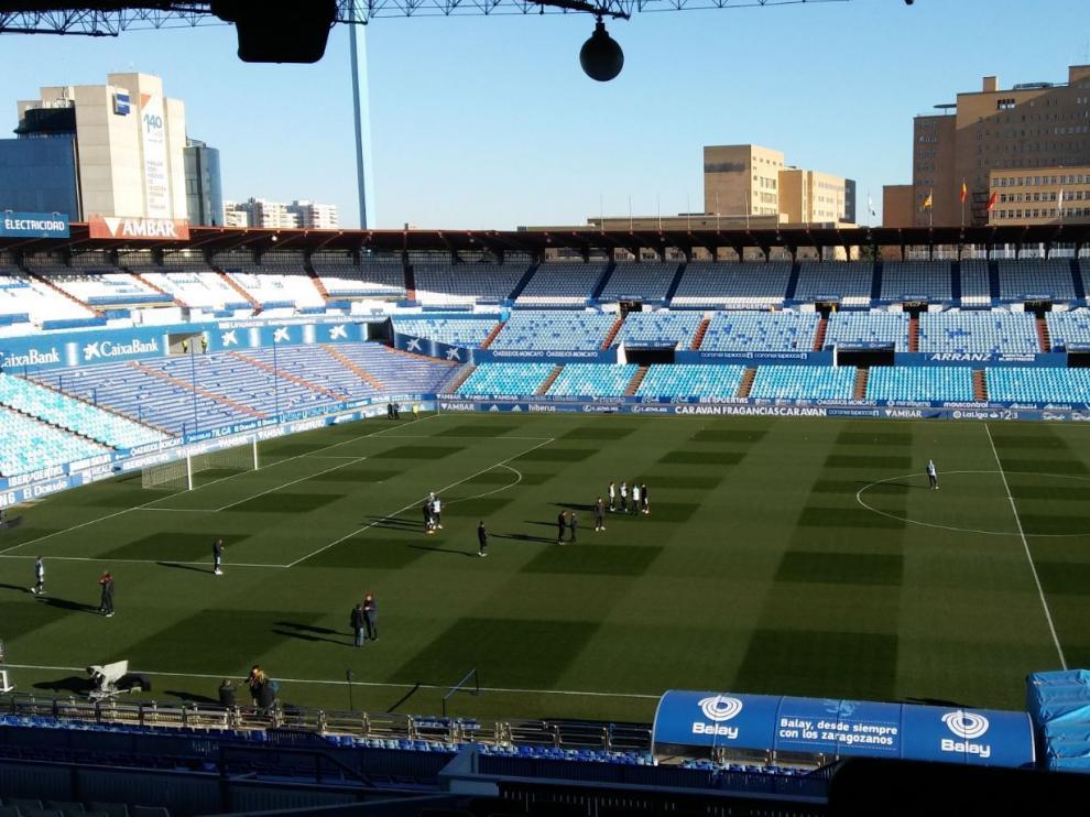 Vista del césped de La Romareda 45 minutos antes de comenzar el partido ante el Albacete. La cuadrícula del corte fue más visible que nunca este sábado.