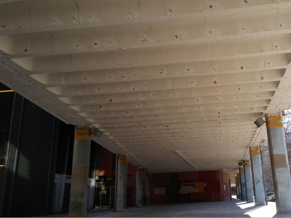 Así está ahora el techo de los porches del edificio anejo de Urbanismo, junto a la Tribuna principal de La Romareda: con las vigas y bovedillas al aire, tras la retirada del techo que se desprendió, en una zona, el día del Oviedo, el 25 de enero.