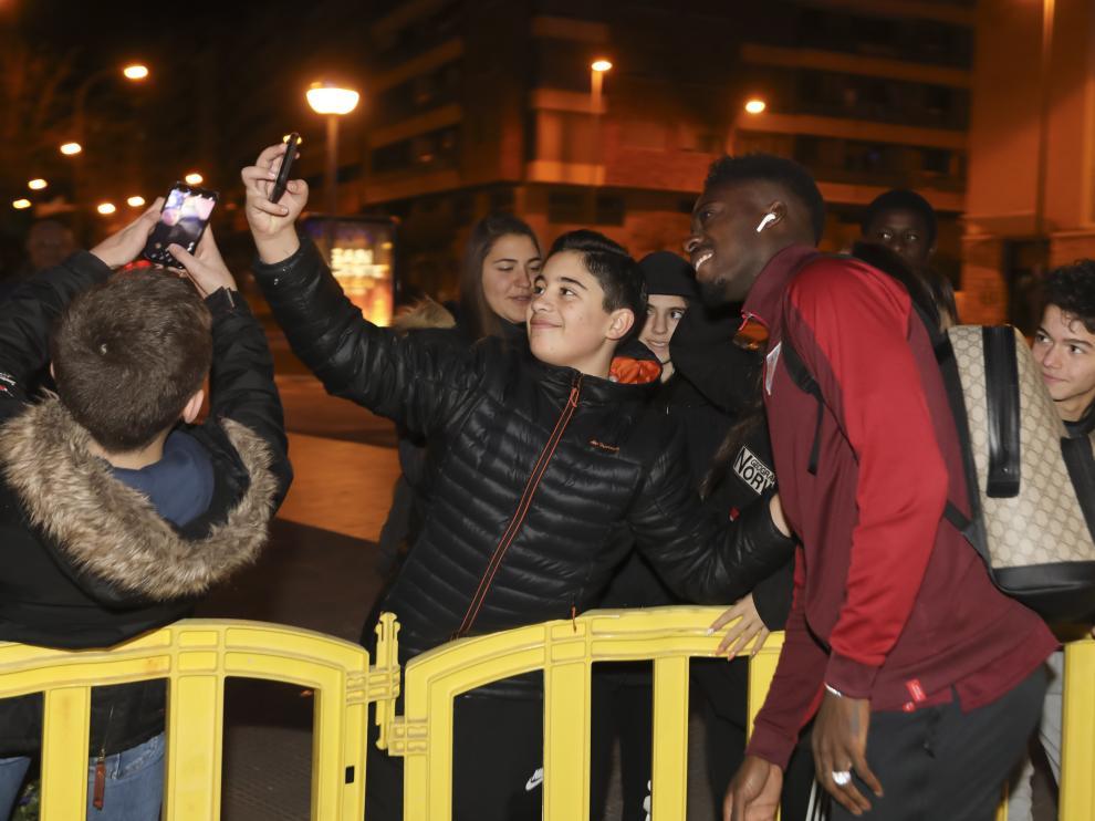 Iñaki Williams, del Athletic, se fotografía con un aficionado en su llegada a Huesca.