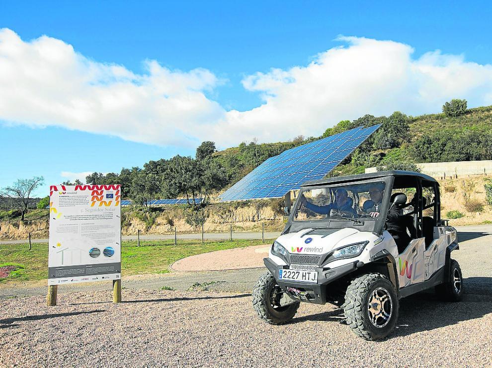 Vehículo de hidrógeno utilizado en la bodega oscense. Al fondo, el parque fotovoltaico.