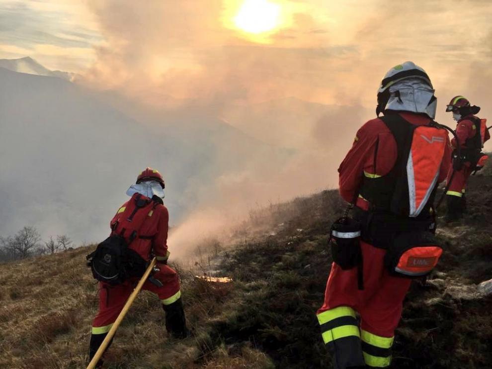 Efectivos de la UME trabajando en los incendios de Cantabria, este domingo