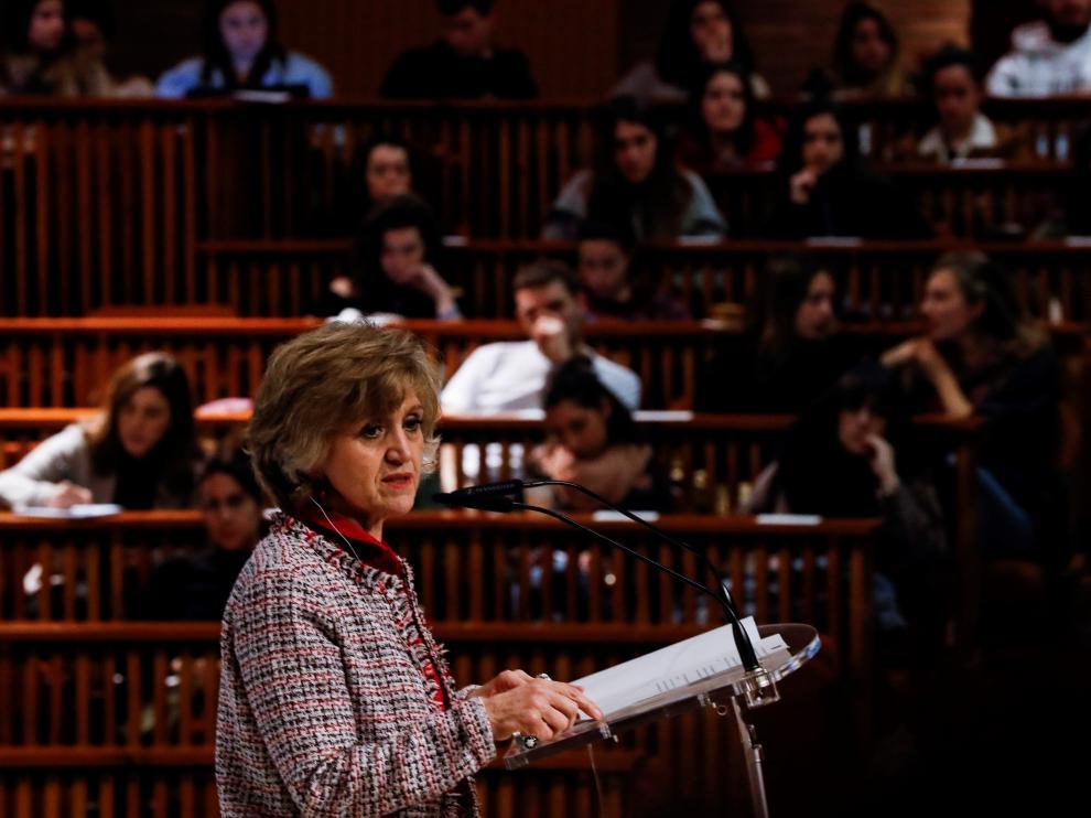 La ministra de Sanidad, María Luisa Carcedo, este lunes en una conferencia en la Universidad de Deusto.