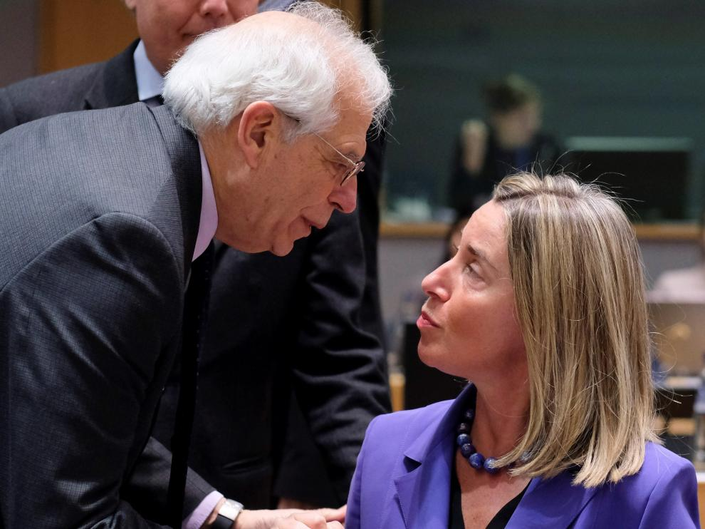 El ministro de Asuntos Exteriores, Unión Europea y Cooperación, Josep Borrell, junto a la jefa de la diplomacia europea, Federica Mogherini.