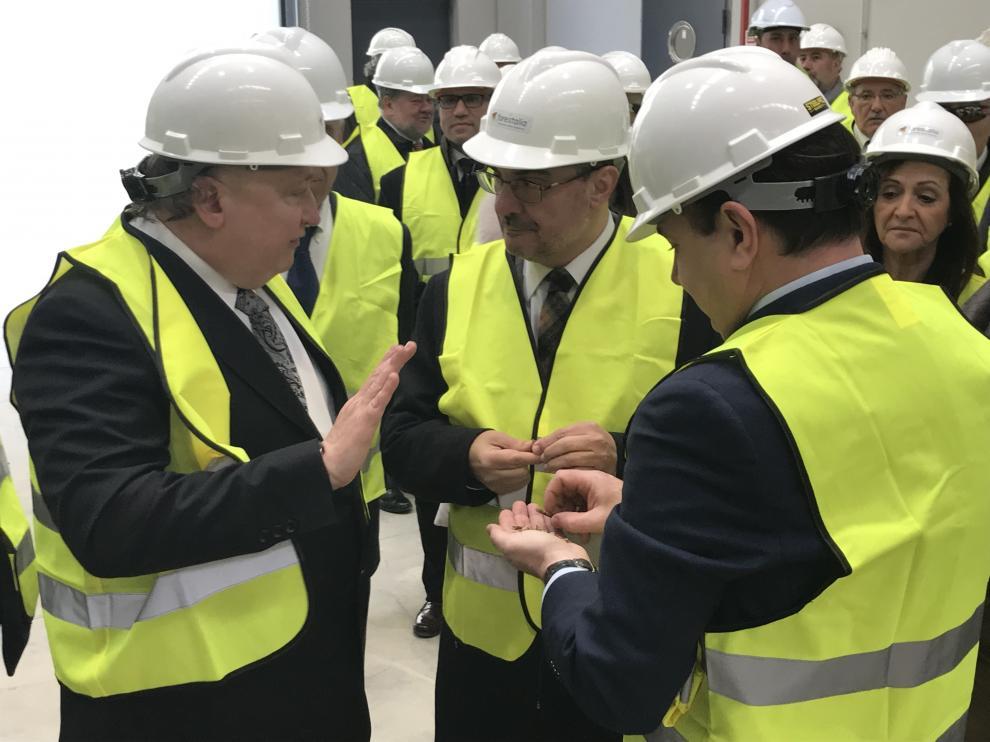 El presidente del Gobierno, Javier Lambán, con el presidente de Forestalia, Fernando Samper, durante su visita a la planta de biomasa de Erla