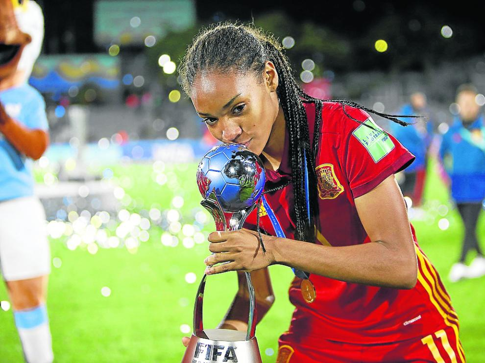 Salma Paralluelo besa el trofeo de campeona del mundo de fútbol con España.