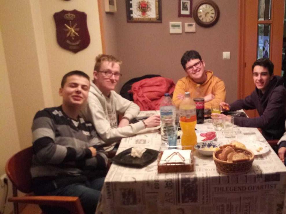 Víctor, que tiene síndrome de Asperger (segundo por la izquierda), con su hermana y unos amigos.