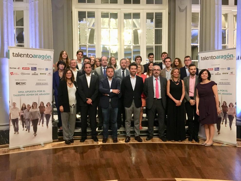 Becados, organizadores y colaboradores en la gala de clausura de la segunda edición de Talento Aragón Joven.