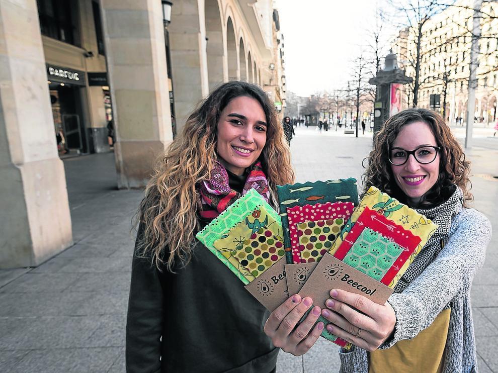 Claudia Ráfales y Ana Sádaba muestran los diferentes formatos de sus envoltorios ecológicos y lavables.