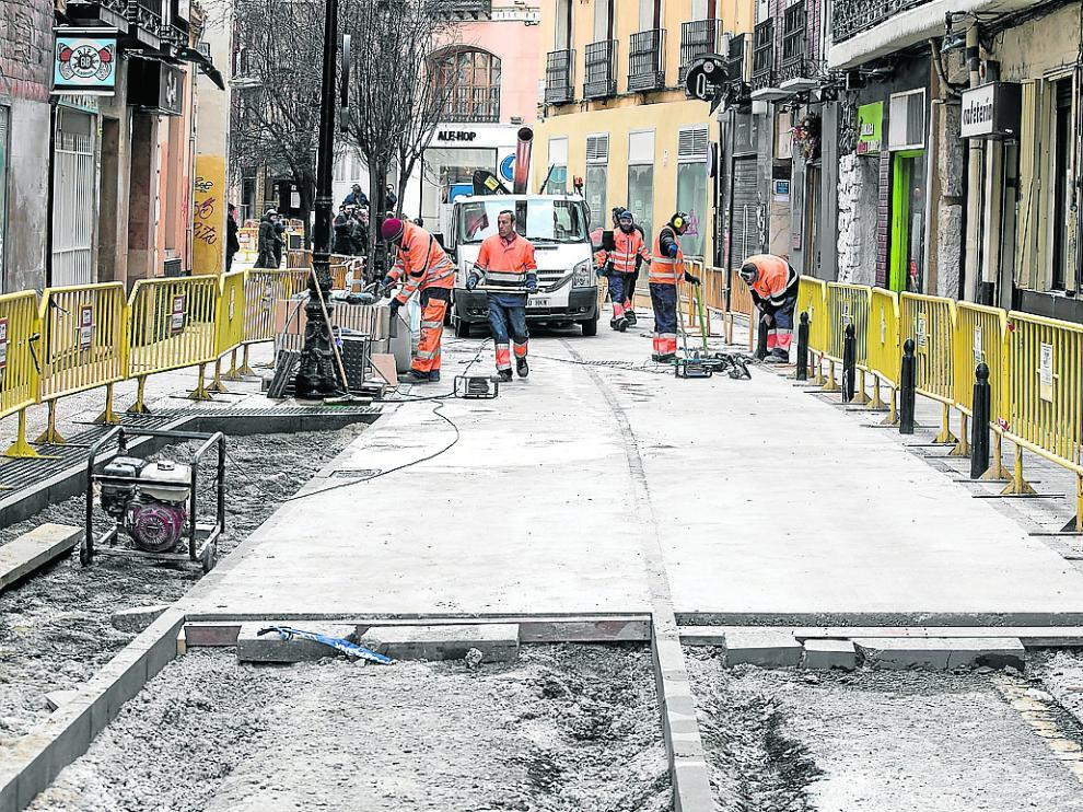 Las brigadas trabajaban este lunes nivelando el cemento en la calle de Santa Isabel.