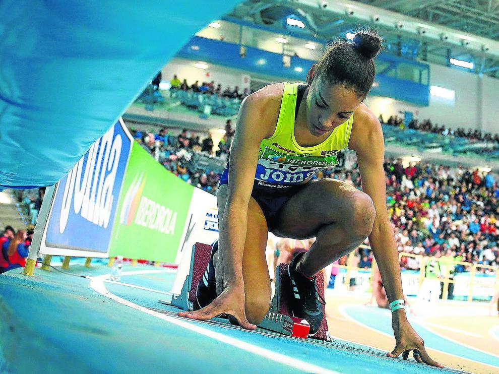 Salma Paralluelo justo antes de la salida de los 400 metros femeninos absolutos.