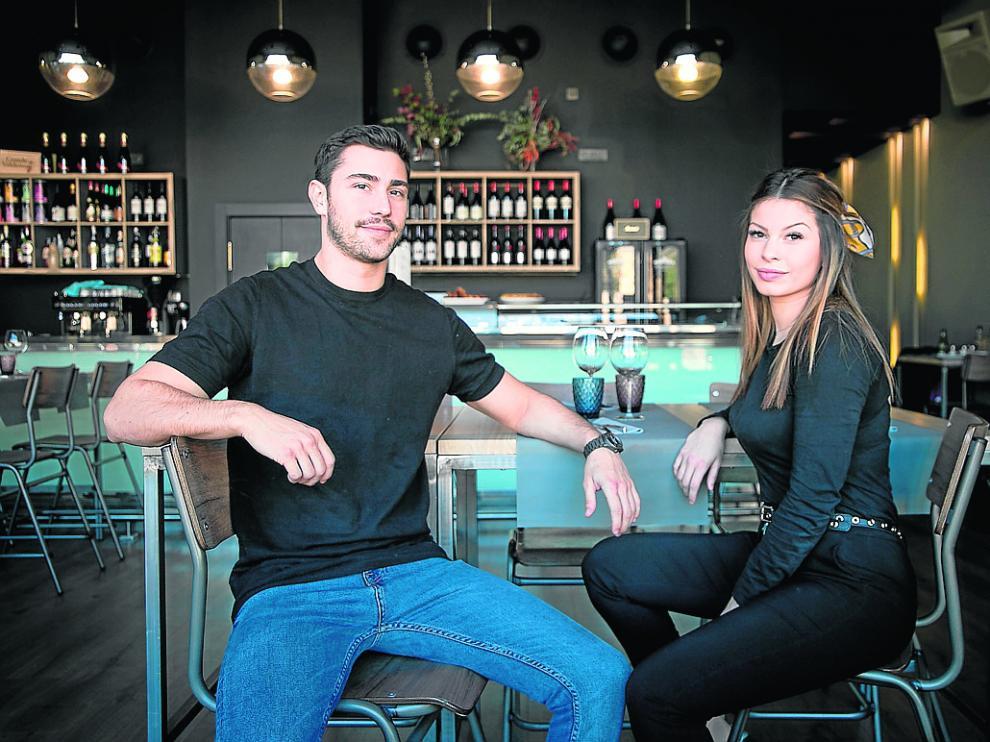 Javier y Belén Fernández Bressel, en el bar del establecimiento zaragozano El Colmado.