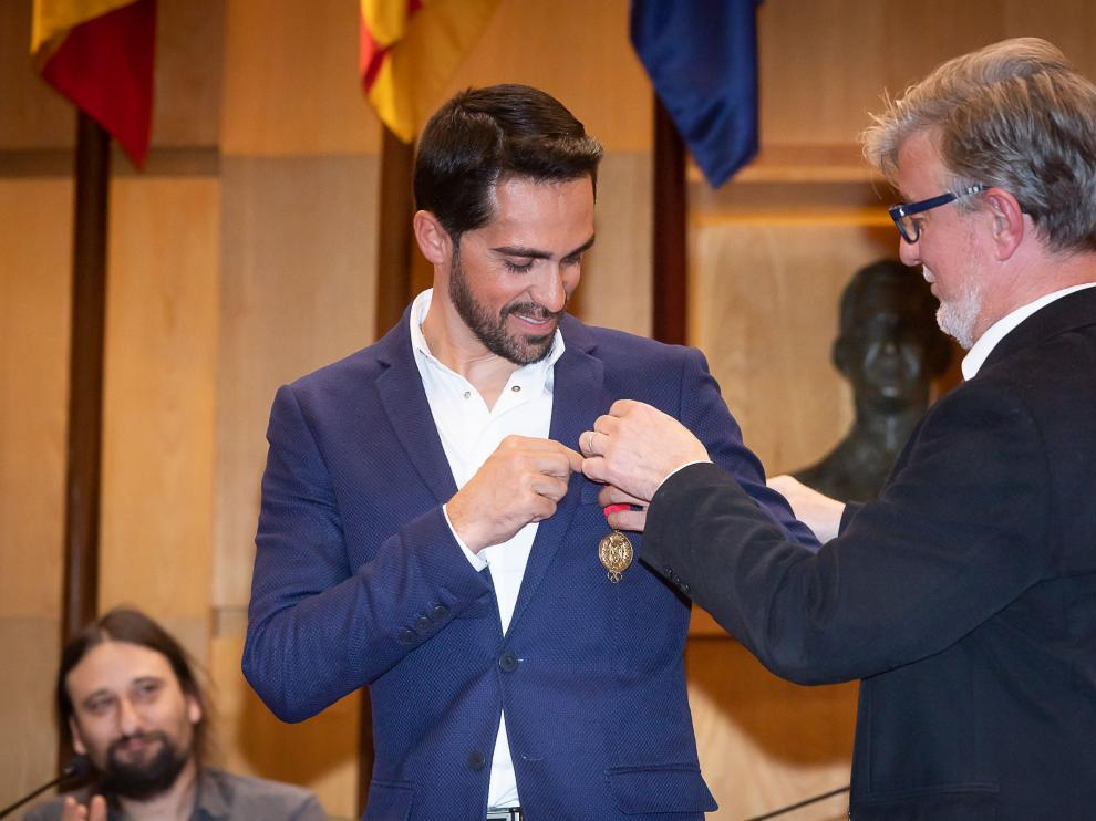 El exciclista Alberto Contador recibe la medalla al mérito deportivo.