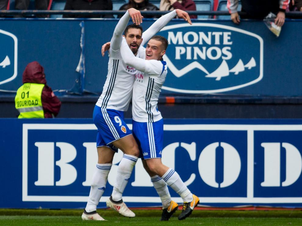 Borja Iglesias celebra uno de sus dos goles la pasada campaña en El Sadar.