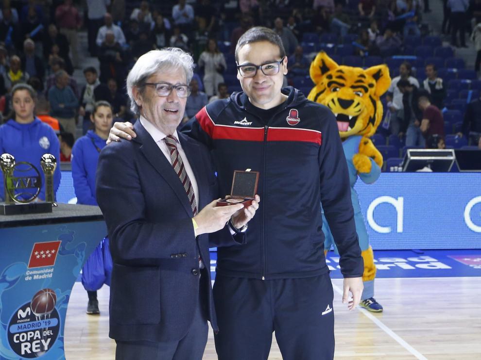 Jorge Samper recoge el premio al mejor entrenador.