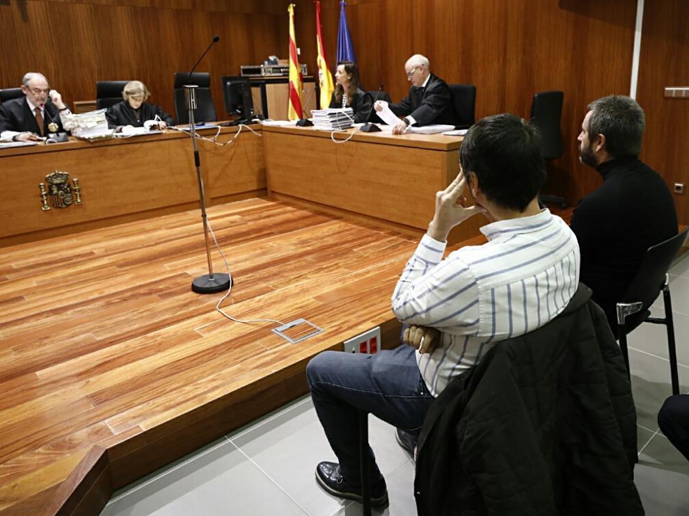 Sergio Castro Lahuerta, de negro y con barba, junto a Sergio Olmos, en la Audiencia Provincial de Zaragoza.