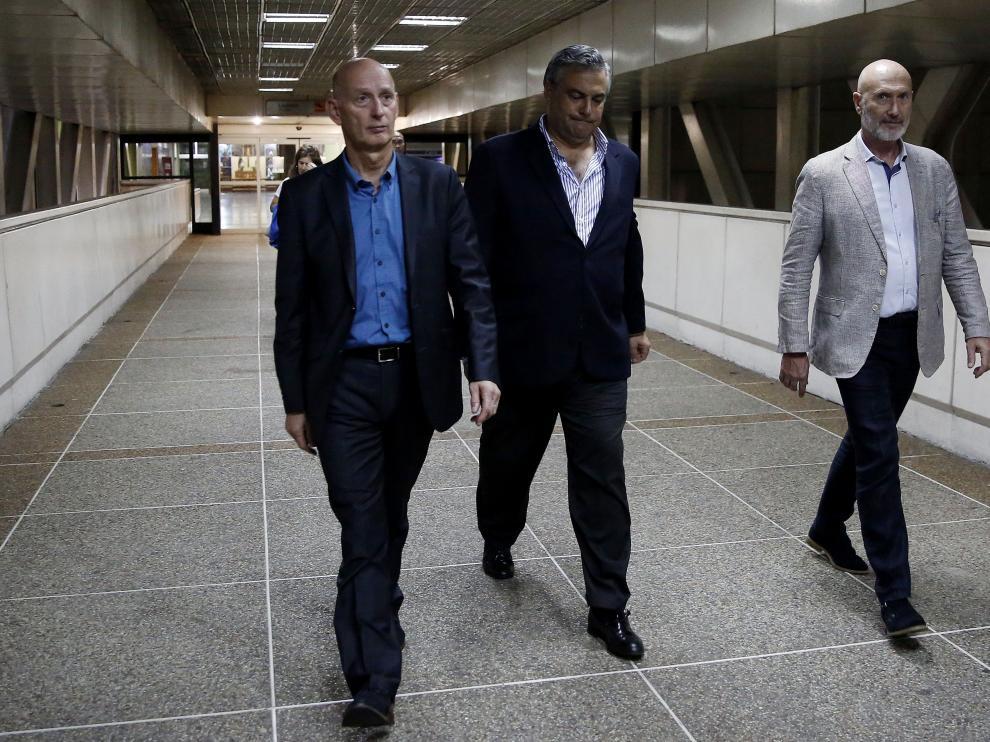 El embajador de España en Venezuela, Jesús Silva (c), junto al embajador de Países Bajos, abandonan el aeropuerto tras la expulsión de los europarlamentarios.