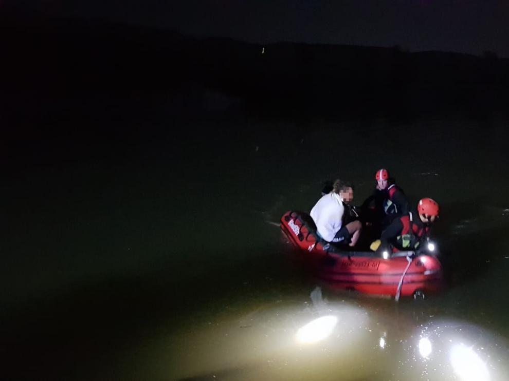 Han sido rescatados con una embarcación que ha permitido llevarlos hasta la orilla en buen estado.
