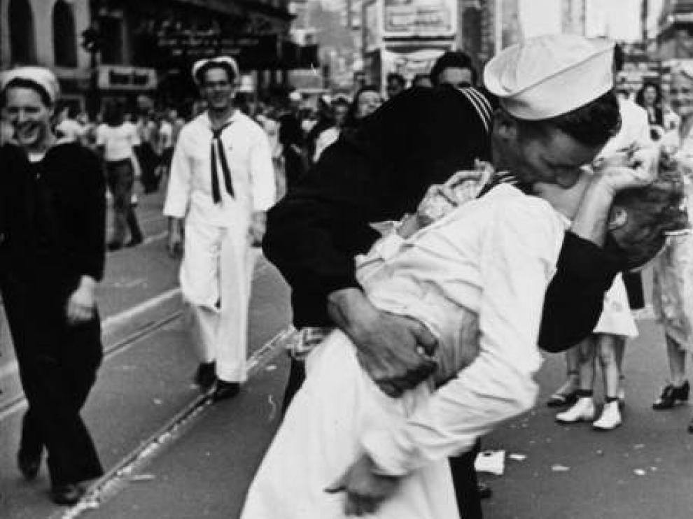 La famosa foto del beso entre un marinero y una enfermera en Times Square.