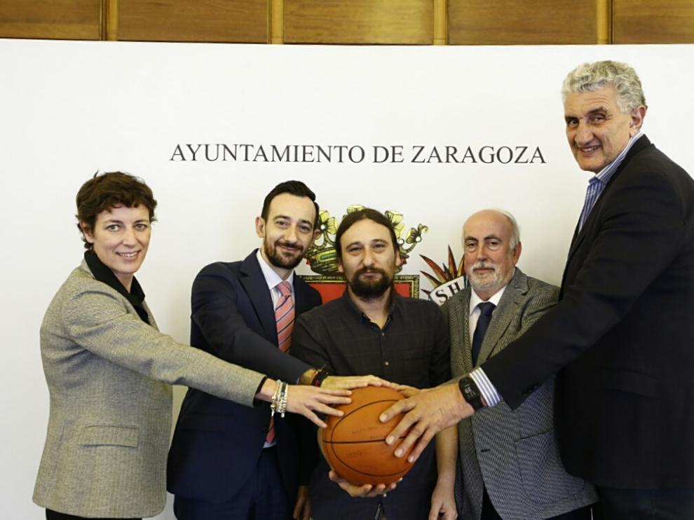 De izquierda a derecha: Elisa Aguilar, Luis Barreda (representante de Día), Pablo Híjar (concejal de Deportes), Chemi Sierra (presidente de la FAB) y Fernando Romay.