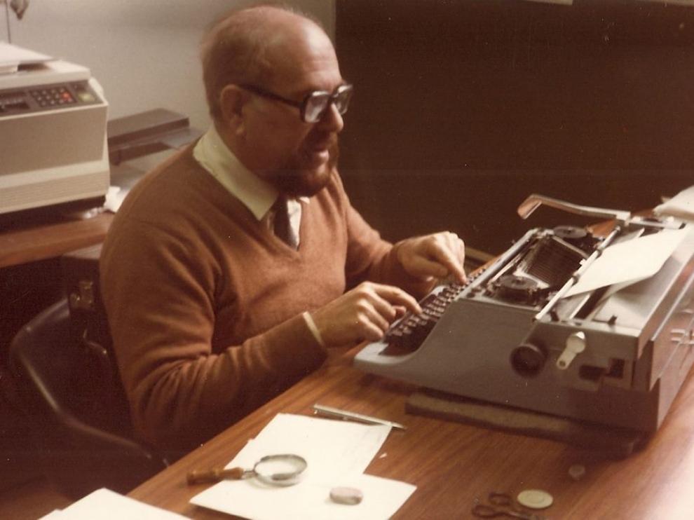 Alexandre Eleazar, escribiendo en su despacho