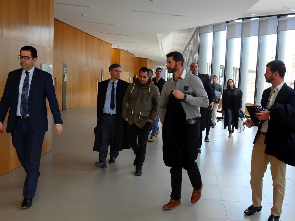Los abogados al entrar en la sala donde se celebró el juicio