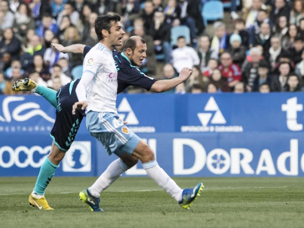 Dorado, en un lance defensivo con el ariete albacetense Zozulia, el pasado sábado en su debut en La Romareda.