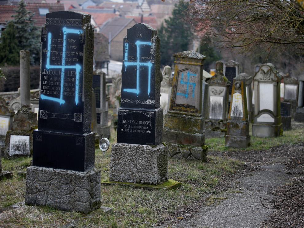Algunos de los daños que han sufrido las tumbas del cementerio de Quatzenheim
