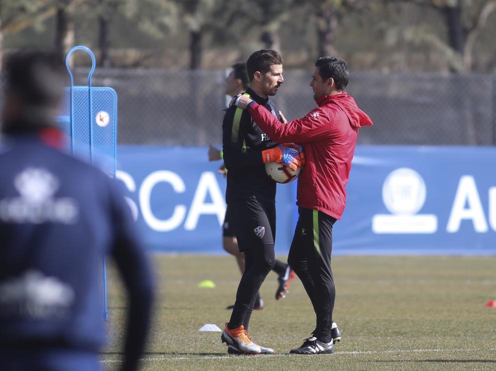 Javi Varas se saluda efusivamente con Francisco durante el entrenamiento de este martes.