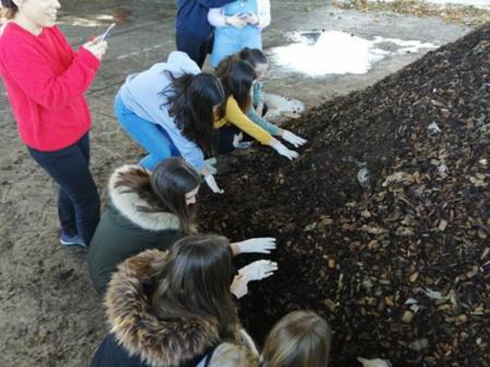 Los jóvenes han convivido este martes con el compostaje en la planta de Peñarroya.