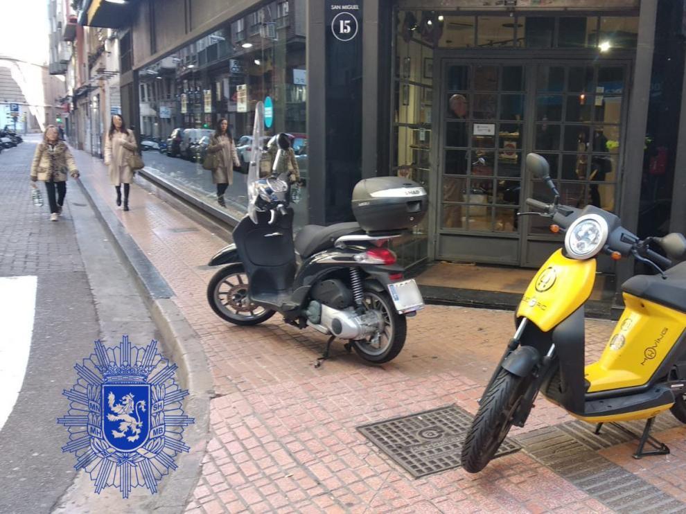 Motos mal aparcadas y multadas por la Policía Local.