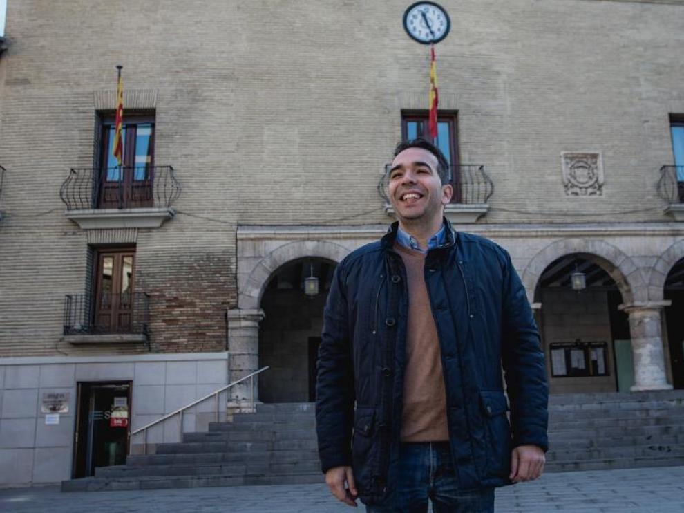 Jesús Guerrero, ante el Ayuntamiento de Monzón.