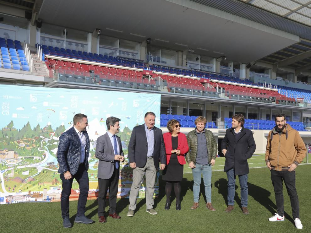 Representantes del club azulgrana y las instituciones que participan en la campaña 'Huesca la Magia'.