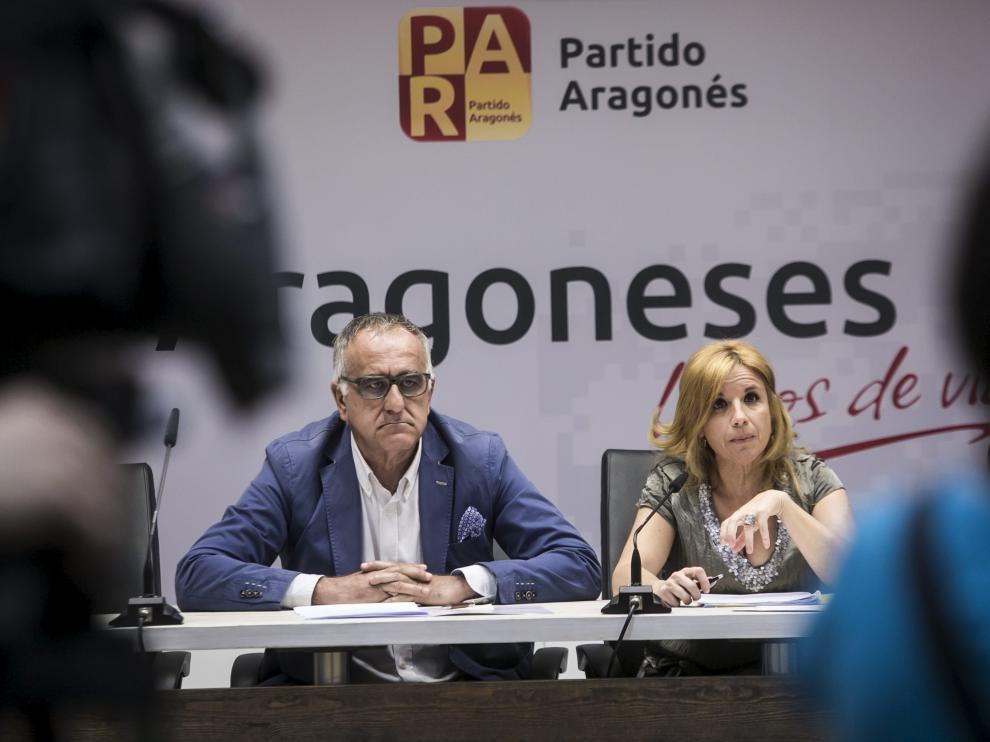 Clemente Sánchez Garnica y su antecesora en el Senado, Rosa Santos, en junio de 2015