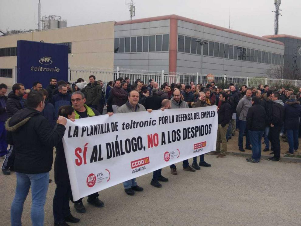 Trabajadores protestando hoy en los paros de una hora contra el despido de 11 compañeros en la planta de Teltronic en Malpica