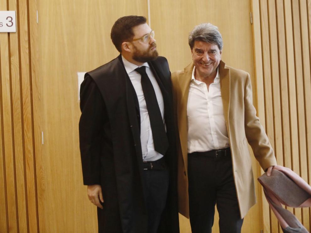 El empresario vasco Francisco Aramburu, junto a su abogado, Francisco García Berenguer, cuando abandonaba este miércoles la sala de vistas de la Audiencia Provincial.