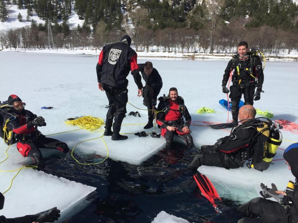 Los Bomberos de Zaragoza realizan prácticas de rescate bajo hielo