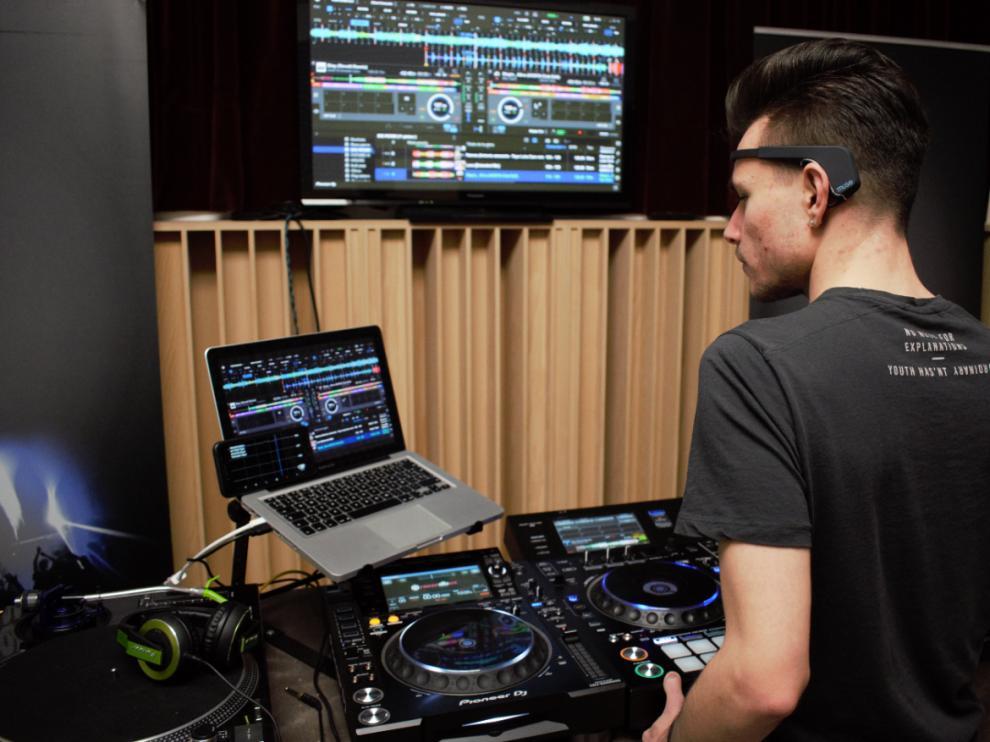 Jesús Domingo Martín monitoriza lo que pasa en su cerebro al tiempo que hace música.