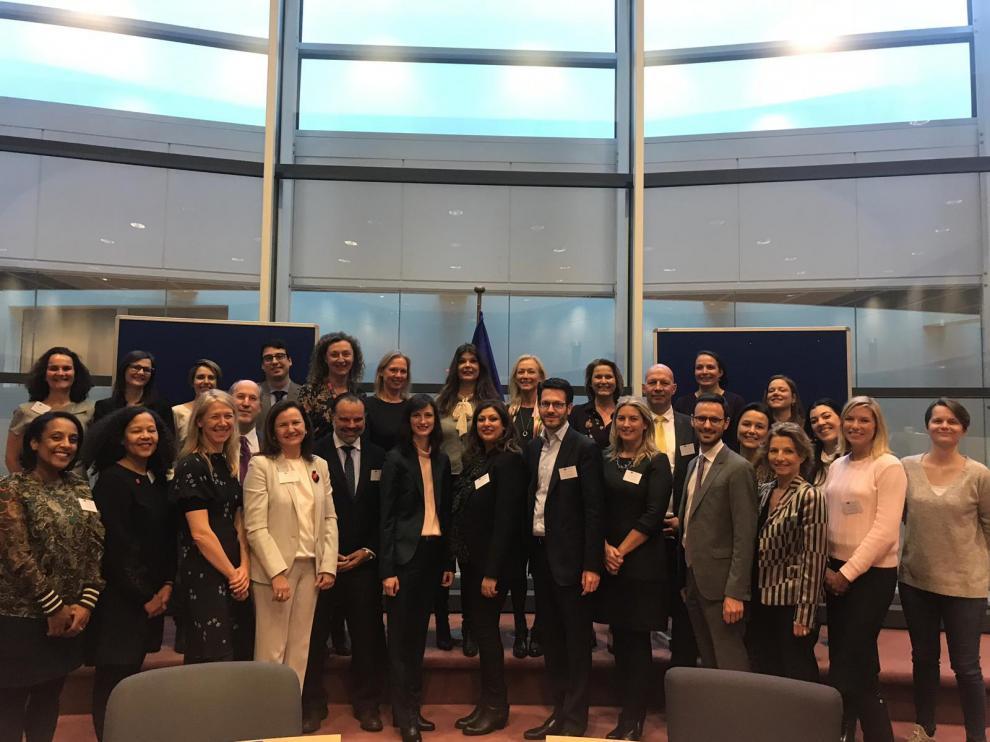 La comisaria de Economía y Sociedad Digital de la UE, Mariya Gabriel, junto con el presidente de HENNEO, Fernando de Yarza, y el resto de directivos reunidos este miércoles.