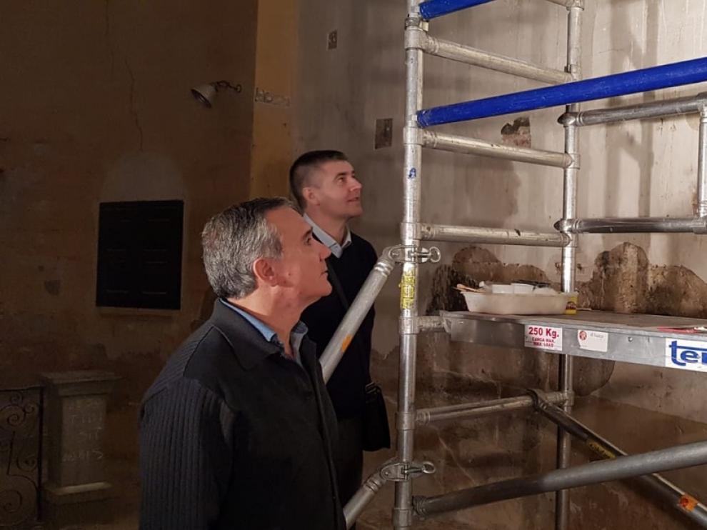 José Ángel Solans y Miguel Aso, vicepresidente y presidente de la Comarca del Cinca Medio, en la visita a las pinturas de Cofita.