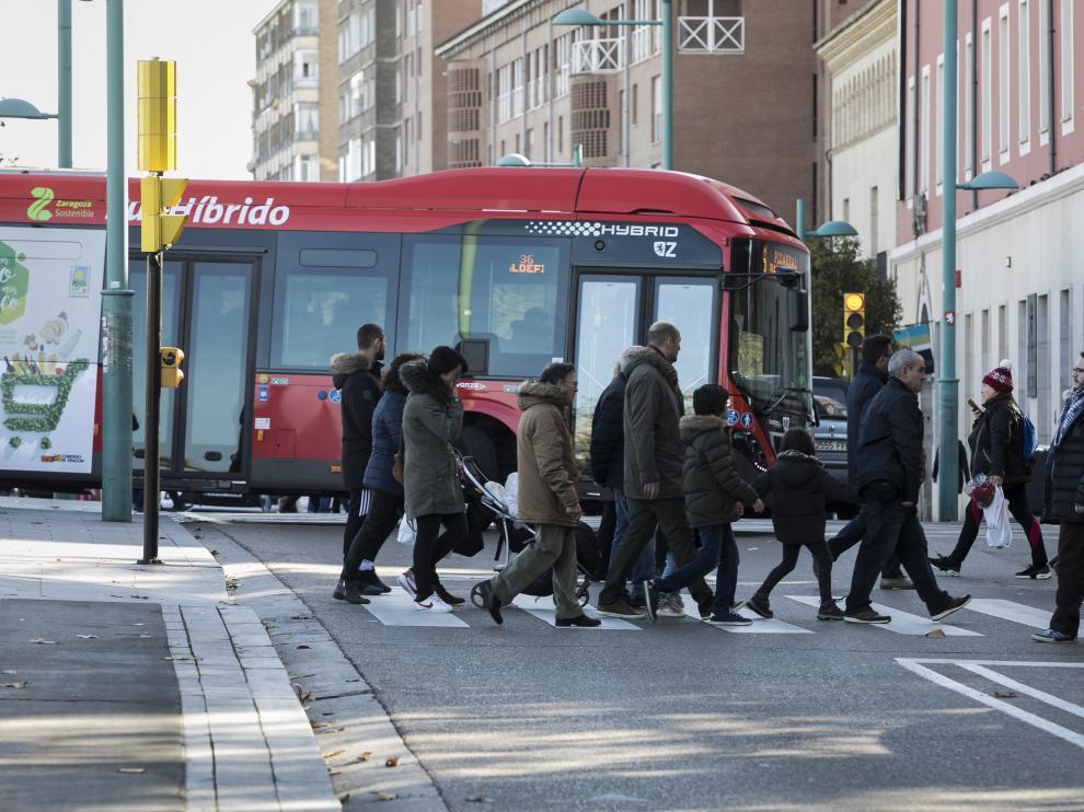 El principal problema se da con los buses que cruzan el puente y, en lugar de seguir recto, toman el giro en el paseo.
