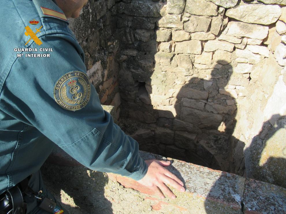 Una agente del Seprona revisa un pozo en el marco de la operación AQUA.