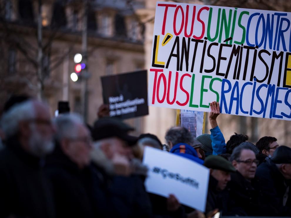 Miles de personas salieron a las calles de diferentes ciudades de Francia convocadas por los partidos políticos para manifestar su rechazo por este aumento del antisemitismo.